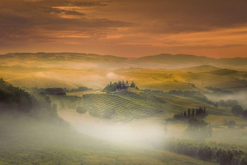 Mistige zonsopkomst in Toscane ... van Marc de IJk