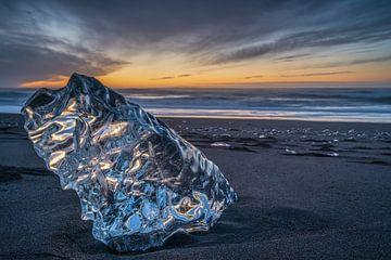 Ein großes Stück Eis am Strand bei Sonnenaufgang, in der Nähe des Jokulsarlon-Sees im Süden Islands, von Anges van der Logt