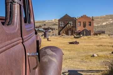 Roestige oude auto in Bodie, USA van Marc Venema