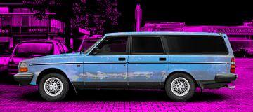 Volvo 245 estate Art Car in blauw & roze van aRi F. Huber