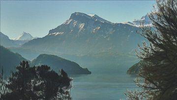 Idyllisch Landschap met Besneeuwde Bergtoppen onder Klare Hemel met Dauw boven het Meer - Schilderij