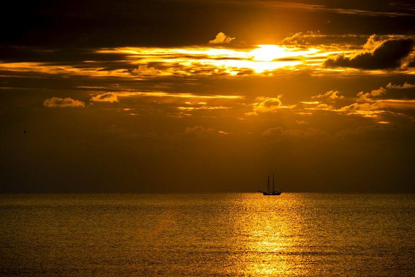 Ein Segelboot am Horizont von Stephan Zaun