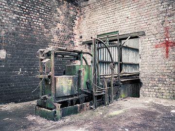 Grüne Maschine und Rotes Kreuz in verlassener Fabrikhalle, Belgien von Art By Dominic