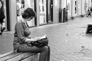 Reading woman von
