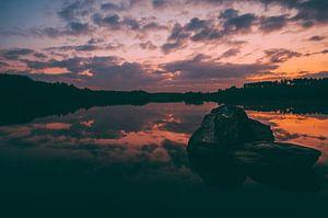 Prachtige spiegeling zonsondergang in een meer