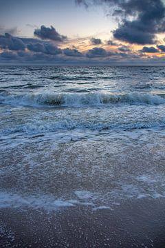 Vagues Mer du Nord coucher de soleil Callantsoog sur Margreet Frowijn
