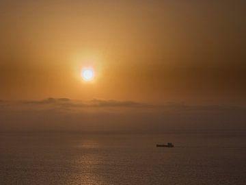 Vrachtboot bij ondergaande zon 2 sur Rene van der Meer