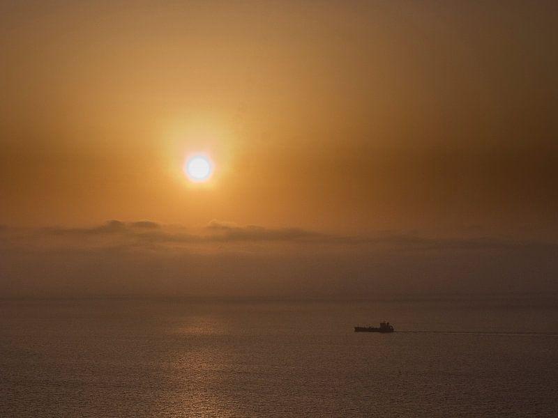 Vrachtboot bij ondergaande zon 2 van Rene van der Meer