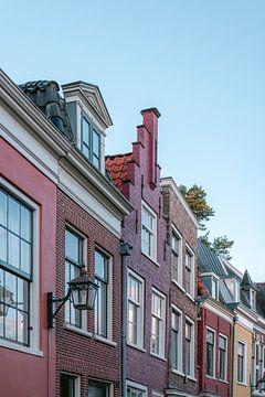 De gekleurde huizen aan de Bakenessergracht in Haarlem, Nederland || Kleurrijke fotografie print van Manon Galama