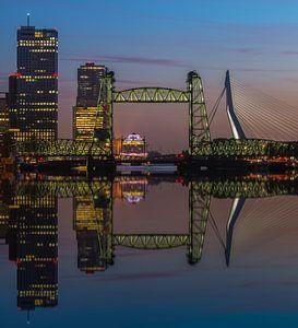 Reflectie skyline Rotterdam met de Hef
