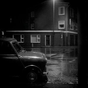 Mini op een donkere avond van Rudy Umans
