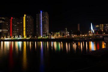 Skyline van Rotterdam bij Nacht met Erasmusbrug in de achtergrond.