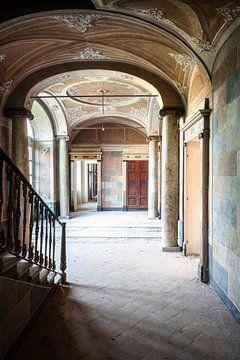 Hal in Verlaten Villa. van Roman Robroek