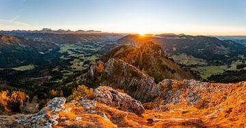 Zonsondergang over de Allgäuer Alpen met uitzicht vanaf Sorgschrofen van Leo Schindzielorz