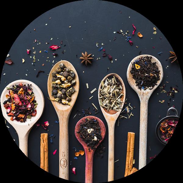 Pollepels thee, tea on wooden spoons van Corrine Ponsen