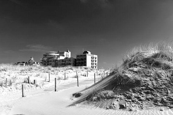 Duinen met strandhotel, Nederlandse kust (zwart-wit)