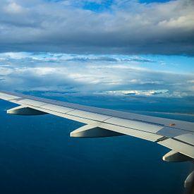 Flugzeugflügel über dem Meer von Inge van den Brande