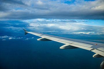 Vliegtuig vleugel boven zee van Inge van den Brande