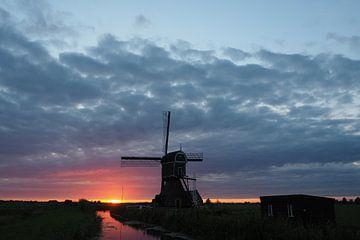 Windmolen in een zomerslandschap bij zonsondergang (augustus 2017) van Nick Hartman