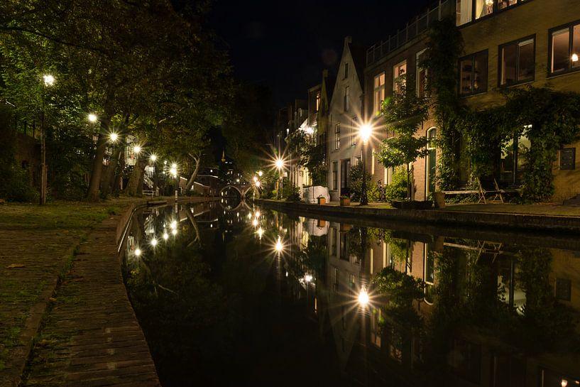 Sterne der Stadt und Reflexionen - Oudegracht, Utrecht, Niederlande von Thijs van den Broek