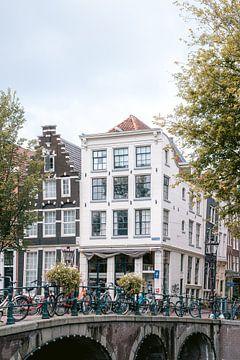 Die Grachten von Amsterdam im Sommer || Reisefotografie von Stadtansichten von Manon Galama
