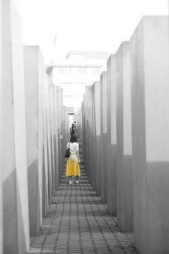 Frau in gelb von K Top