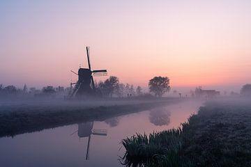 Poldermühle im Nebel bei Sonnenaufgang von Coen Weesjes