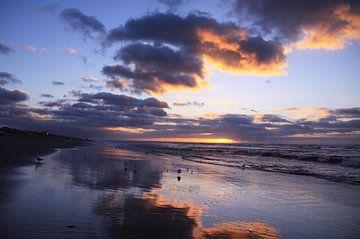 Wolkenlucht op het strand van
