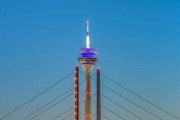 Rheinturm Düsseldorf von Michael Valjak