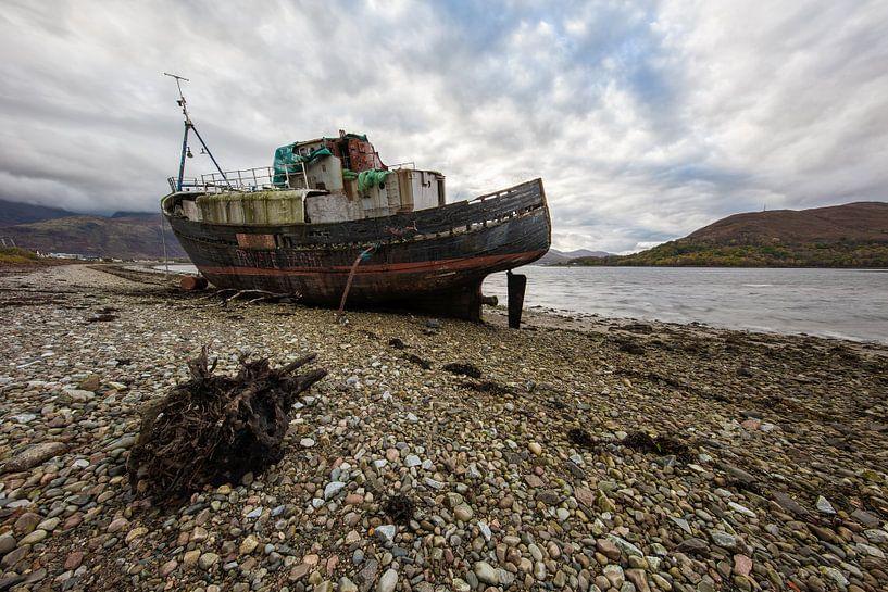 Verlaten boot Schotland van Steven Dijkshoorn