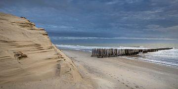 Zeeuws strand onder donkerblauwe avondlucht van Michel Seelen