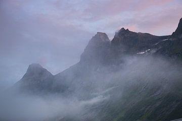 Neblige Berge in Norwegen von Karijn Seldam
