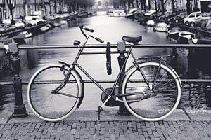 Fiets aan de Amsterdamse grachten