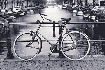 Fiets aan de Amsterdamse grachten van Remy de Klein