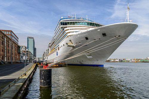 Cruiseschip in de haven van Amsterdam.