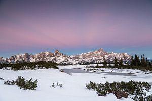 Winterlandschap na zonsondergang