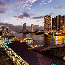 Skyline van Bangkok bij nacht van Erik Rudolfs