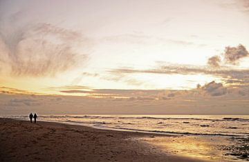 Ein romantischer Spaziergang am Strand von Wim van der Geest