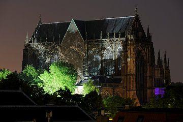 Domkerk in Utrecht verlicht door lampen op Domplein