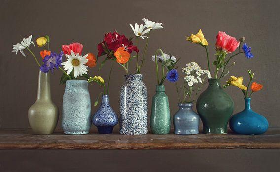 Bloemenvaasjes op een plank
