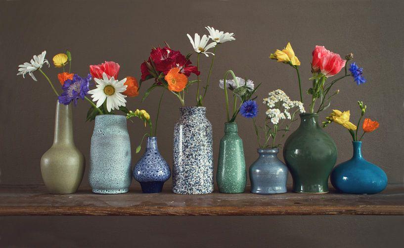 Bloemenvaasjes op een plank van Matty Maas