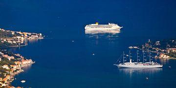 twee schepen in de helderblauwe zee en een klein meisje met rode daken. Een prachtig cruiseschip in  van Michael Semenov