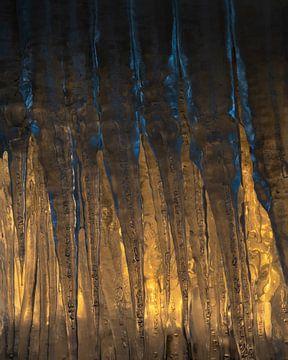 Ijspegels met mooi gouden licht wat er op schijnt van Jos Pannekoek