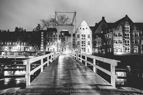 Oud wit brugje over stadskanaal