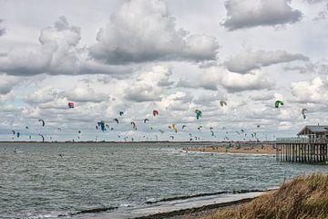 Kitesurfers op de Noordzee.