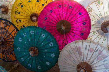 Parasols van geschept papier, Inlemeer, Myanmar van Annemarie Arensen