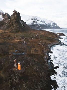 IJsland Oranje Vuurtoren bij Eystrahorn berg en rots van Michiel Dros