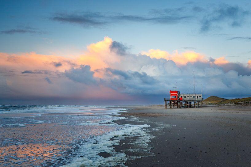 Strand Petten bij zonsondergang van Pim Leijen