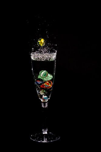 Knikker in glas _1 von Henry Nijen Twilhaar