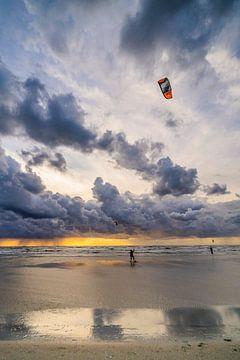 Kitesurfers voor de storm - 2 van Hanneke Rila